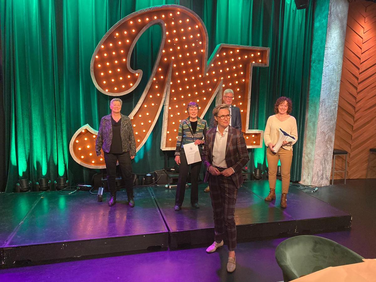 Magriet van der Linden met winnaressen Lenie van der Hoorn, Tineke Dijkshoorn en Klasina Seinstra. Op de achtergrond voorzitter Wiebe Wieling.