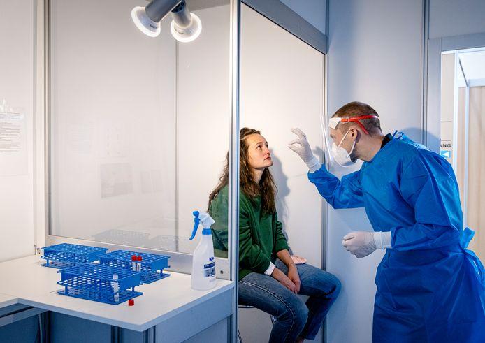 Een GGD-medewerker voert een coronatest uit in de Jaarbeurs.