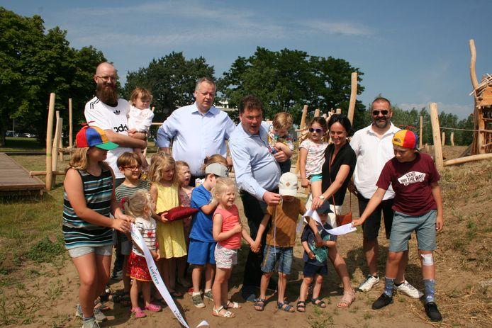 Het stadsbestuur opende samen met de jeugd de nieuwe speelzone.