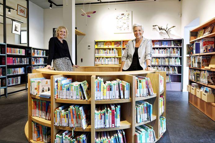 Conservator Marike de Kroon (l) en Natasja de Groot van de bibliotheek (r) bij de kinderboeken in de gloednieuwe bibliotheek in Schijndel.