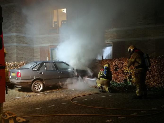 De brandweer bluste de autobrand aan De Gloep in Lochem.