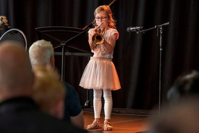 Na heel veel muzieklessen kunnen de leerlingen hun eerste concert geven, zoals hier Femke (7) vorig jaar zomer in De Nieuwe Nobelaer in Etten-Leur.
