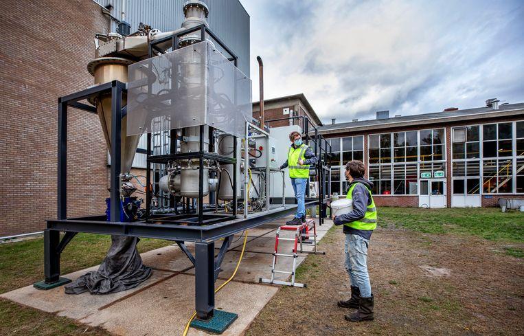 Proefopstelling voor het gebruik van ijzervijlsel als brandstof bij Bavaria in Lieshout. Beeld Raymond Rutting / de Volkskrant