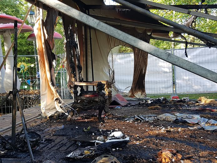 Enkel een stoel stond nog recht, wellicht op de plaats waar het vuur ontstond.