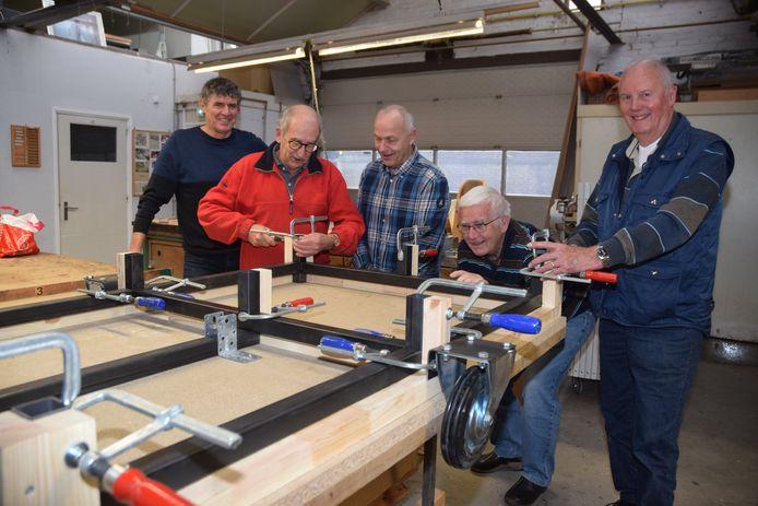 Het frame voor de eerste wagen ligt in de mal. Van links naar rechts Henri de Kok (voorzitter HARG), Piet Jacobs, Berry Vangangelt (HARG), Klaas Herder en Frans Boeren van de Hobbysoos.