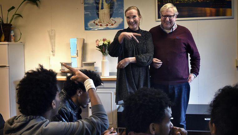Ab Blankesteijn en Eveline van Zon met de Eritrese jongemannen. Beeld Marcel Van Den Bergh / de Volkskrant