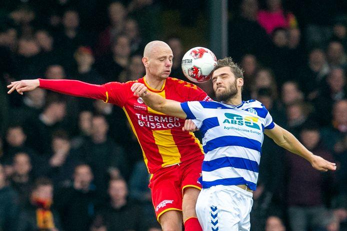 Elmo Lieftink (links) in duel met zijn toekomstig ploeggenoot Javier Vet van De Graafschap. De middenvelder speelde op 8 maart tegen de Doetinchemse club mogelijk zijn laatste wedstrijd in het shirt van Go Ahead Eagles.