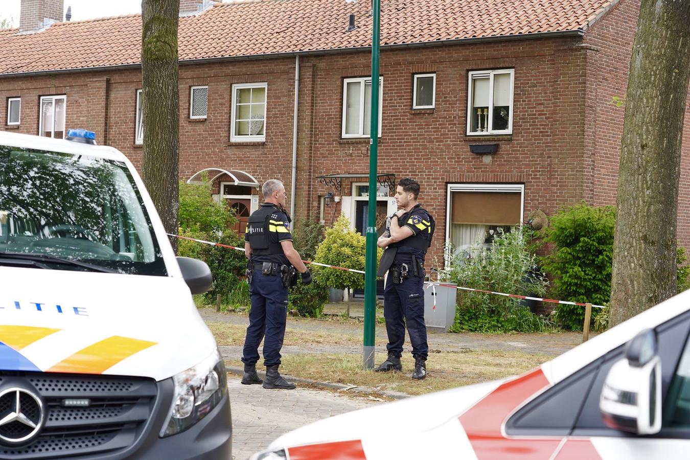De woning in de Karel Doormanstraat in Rijen waar de schietpartij plaatsvond wordt bewaakt door agenten.