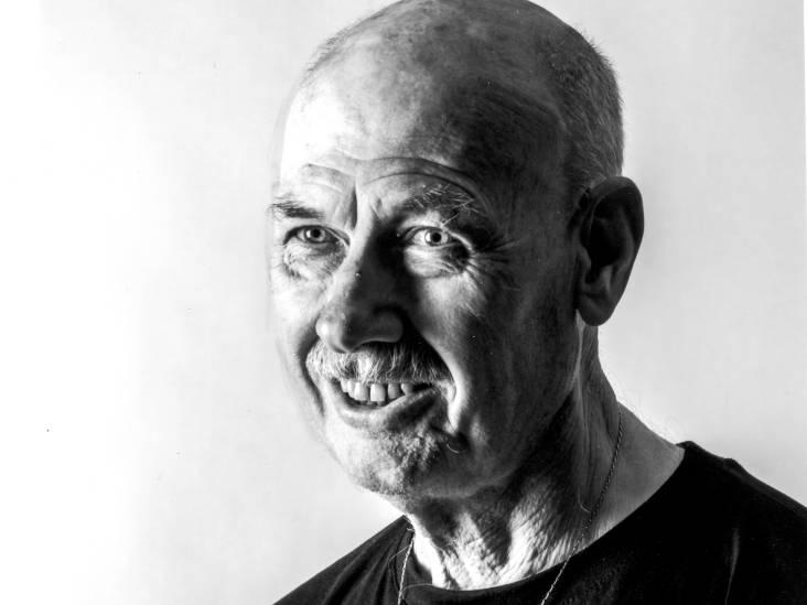 Henk (74) stapte vaak in willekeurige tram om nieuwe mensen te leren kennen: 'Wie lacht, is rijk'