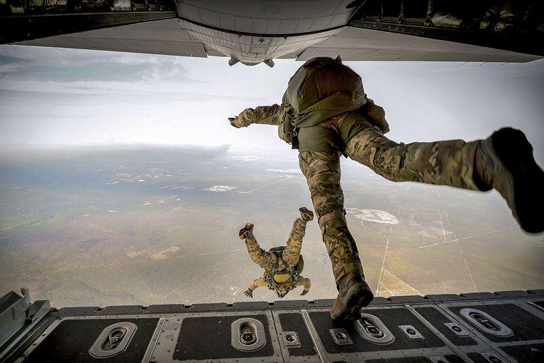 Amerikaanse Special Forces houden een jump-training. Beeld AP