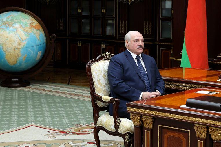 Vorige week dinsdag: de Wit-Russische president Loekasjenko luistert naar zijn zoon Viktor (buiten beeld), voorzitter van het Wit-Russische Olympische Comité.  Beeld AP