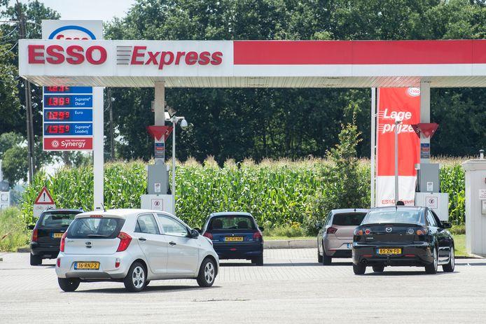 Ondanks code oranje vanwege corona schuiven Nederlanders gewoon aan om goedkoop te tanken in Essen.