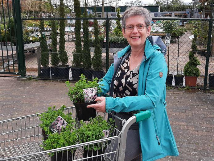 GroenLinks-raadslid Anja ter Harmsel haalt de eerste plantjes voor de actie Steenbreek op bij tuincentrum Gerben Calkhoven in Nijverdal.