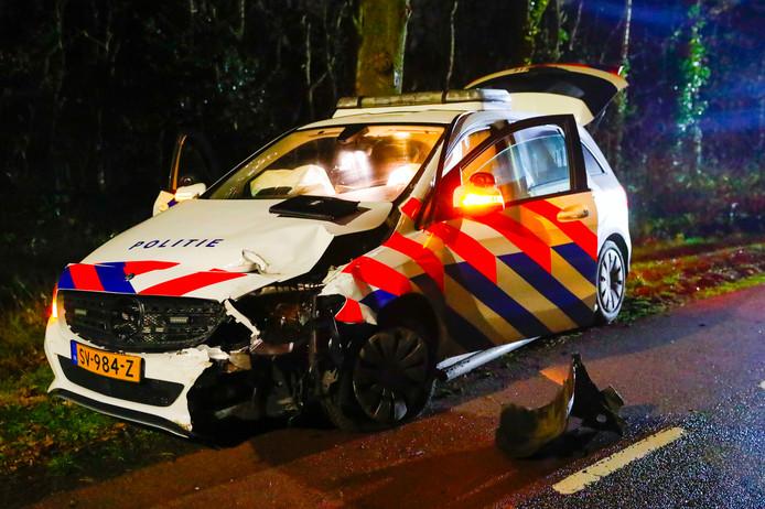 RIETHOVEN - Een man is in de nacht van zondag op maandag om het leven gekomen bij een ongeluk aan de Hobbel in Riethoven. Het slachtoffer reed tegen een boom en botste vervolgens met een politieauto. Hij werd door de klap uit zijn voertuig geslingerd. De man zat in een gestolen auto en was op de vlucht.