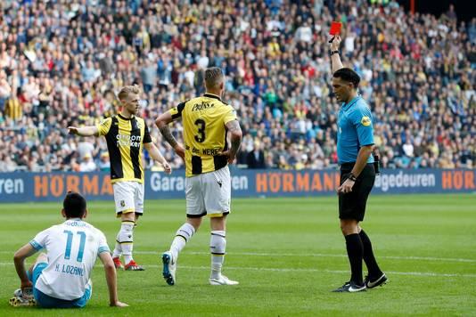 Scheidsrechter Serdar Gözübüyük geeft Michael van der Werff een rode kaart en PSV een penalty.