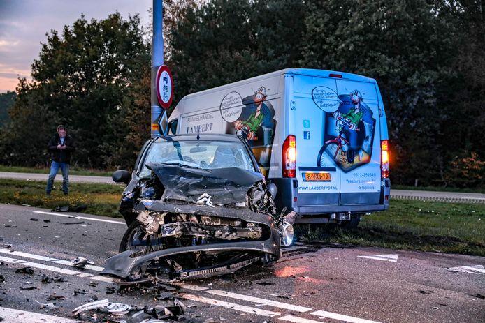 Een flinke ravage na een ongeluk op de Varsenerdijk in Ommen
