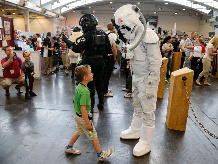 Actors pose   in costumes of the Star Wars movies at the fairground in Essen, Germany, Friday, July 26, 2013. The Star Wars Celebration festival shows all around the Star Wars movies until Sunday July 28th. (AP Photo/Frank Augstein) Beeld AP