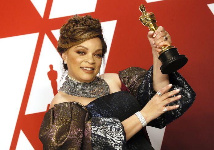 Ruth Carter met haar Oscar voor haar werk aan 'Black Panther'
