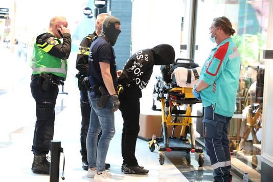 De man werd aangehouden nadat hij met een mes een winkel in de Mall of the Netherlands was binnengelopen.