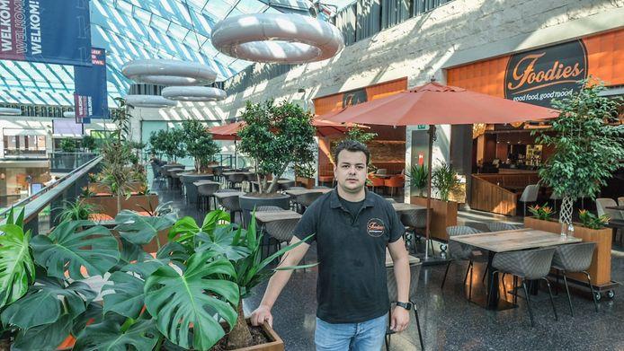 Anthony Van Domburg, werknemer van Foodies. Het terras van het restaurant staat al klaar.