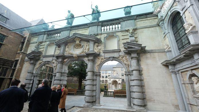 De indrukwekkende portiek van het Rubenshuis kreeg een glazen luifel die het monument moet beschermen tegen regen en vervuiling.  Bovenaan zie je de Romeinse goden Mercurius en Minerva.