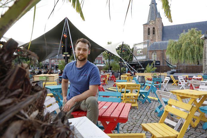Thomas de Groot op het tijdelijke terras op de Markt in Schijndel.