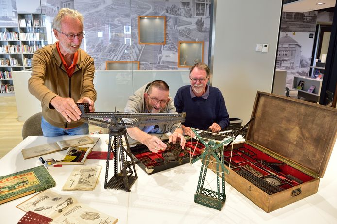 V.l.n.r. Bert de Rijke, Willem Groenendijk en Jan de Vries bouwen Meccano-constructies voor de vitrines van Cultuurhuys De Kroon.