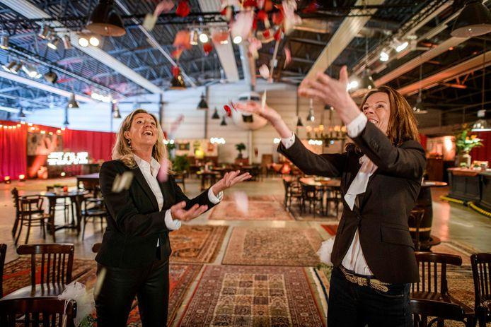 """TT-2021-9184 Jorieke Eertink (l) en Karen Bennink Eijkelkamp maken een trouwerij in het pop-uprestaurant Tante Leentje op Vliegveld Twenthe mogelijk: """"Na de trouwerij kan het feest meteen beginne."""""""