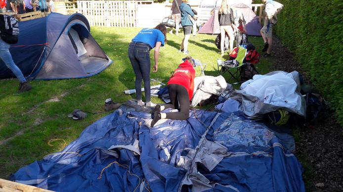 Een tent opzetten kan nog best lastig zijn. Sabine (links) en Desiré stoeien met hun tent op het paaskamp bij scoutingterrein van Ridder van der Maelstede in Kapelle.