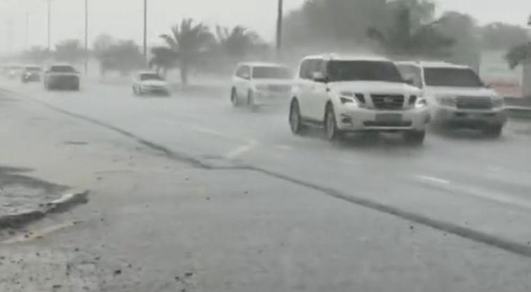 Auto's trotseren de hevige regenbuien in het emiraat Dubai. Beeld UAE's National Center of Meteorology