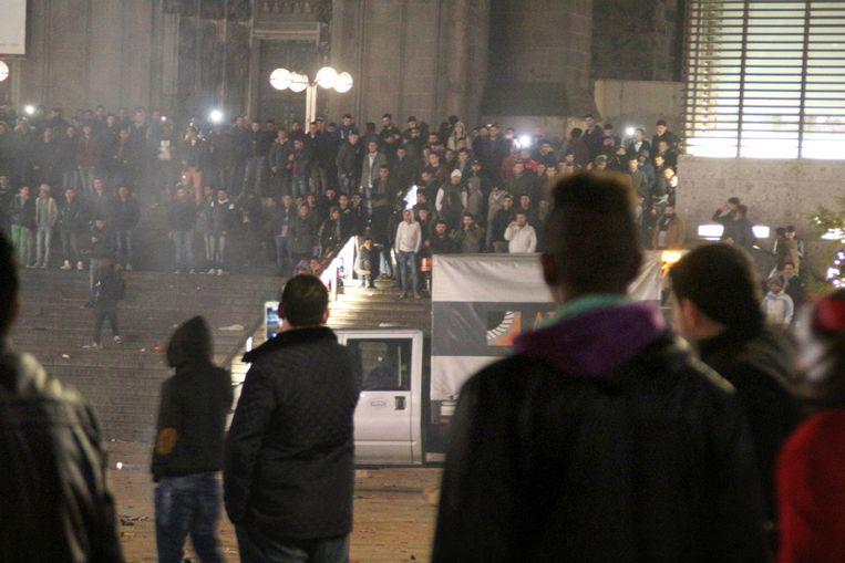 Honderden jonge mannen verzamelden zich op oudejaarsavond op het stationsplein in Keulen. Beeld AP