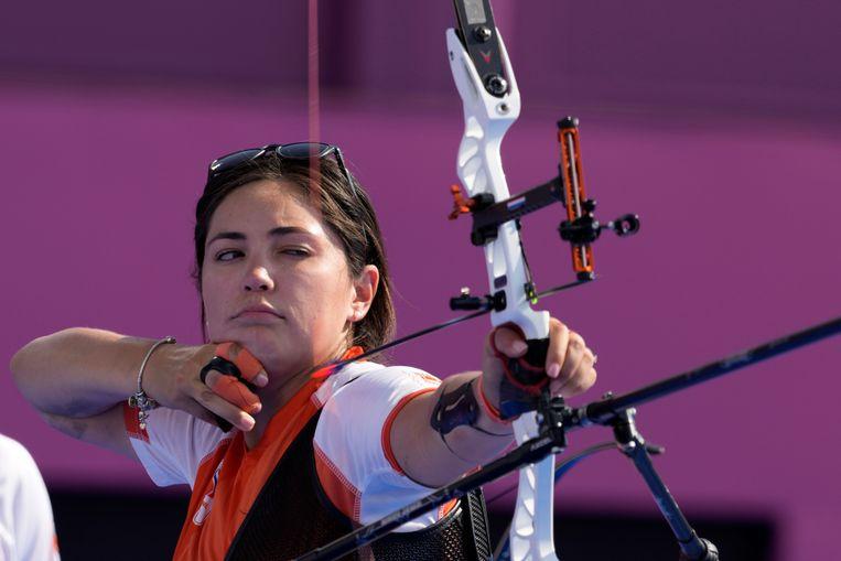 Gabriela Schloesser ziet de zilveren medaille als een trofee voor het hele Nederlandse handboogschieten. Beeld AP
