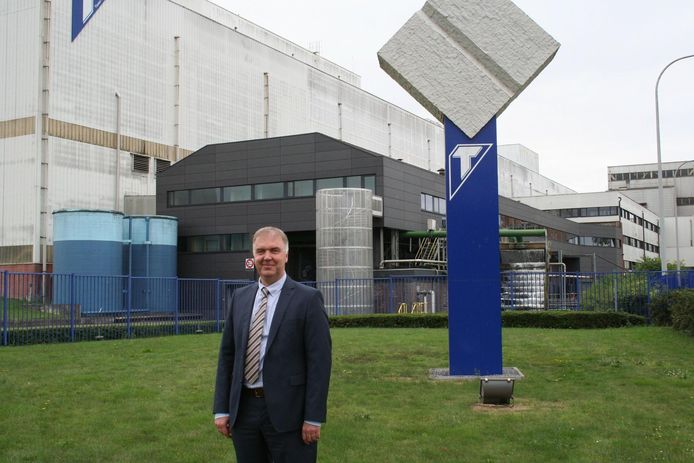 Directeur Jan Ingels voor het T-embleem van Tiense suiker. Dit komt op de truitjes