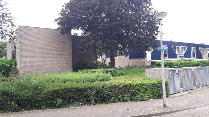 Links het appartementencomplex waar het steekincident heeft plaatsgevonden.