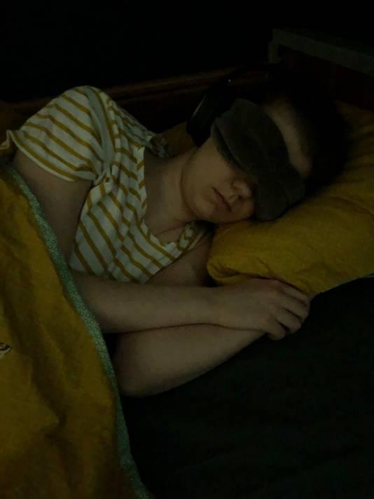 Eva Peelen uit Ede verdraagt geen licht en geluid. De ramen van haar slaapkamer zijn geblindeerd. Alleen haar ouders komen binnen. Haar moeder Marielle heeft deze foto gemaakt.