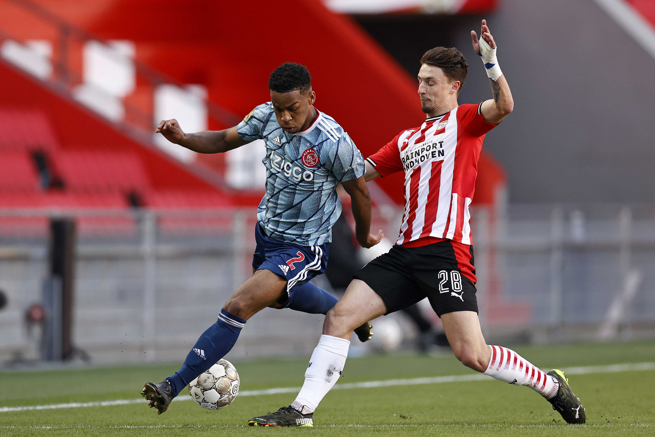 Olivier Boscagli tijdens de topper tegen Ajax, in duel met Jurrien Timber.