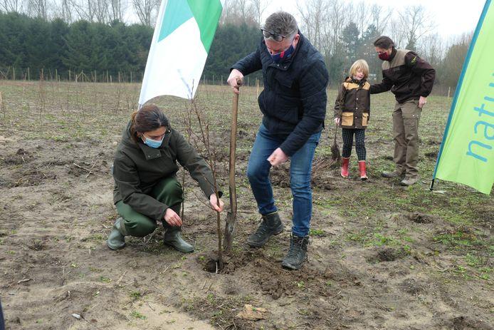 Burgemeester Koen Van den Heuvel en Vlaams minister Zuhal Demir planten een boom in het Poortersbos.