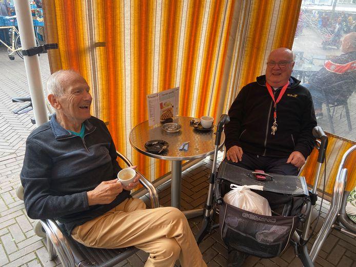 Ad van der Wal (links) en Ad Schreuders op het terras van De IJsvogel in Eindhoven