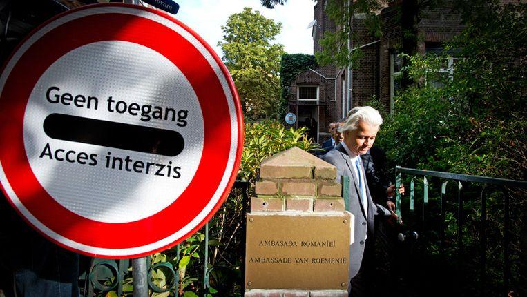 PVV-leider Geert Wilders bezorgt een brief bij de Roemeense ambassade waarin hij zijn zorgen uit over de arbeidsmigratie uit Roemenie. Wilders had ook een grensbord bij zich, met daarop de tekst Geen toegang, in het Nederlands en het Roemeens. Vanaf 1 januari 2014 gaan de grenzen open voor Bulgaarse en Roemeense arbeiders. Beeld anp