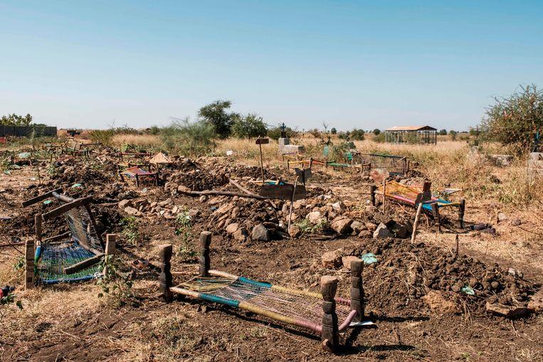Bedden die werden gebruikt als draagberries liggen achtergelaten in het stadje Mai Kadr, in de Ethiopische regio Tigray. Tigrese militanten zouden twee weken geleden zeshonderd niet-Tigreërs hebben gedood tijdens een massale wraakoefening in het stadje.  Beeld AFP