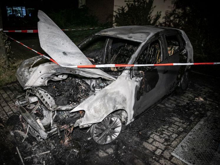 Metershoge vlammen bij autobrand in Arnhem