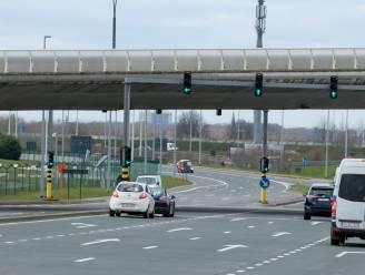 Té lange files op afrit E19, dus past AWV verkeerssituatie nabijgelegen kruispunt aan