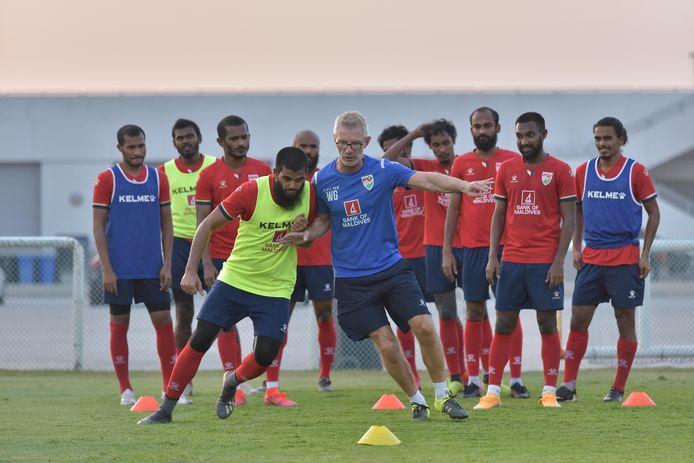 Gerhard Wermink in duel tijdens de training van de Malediven.