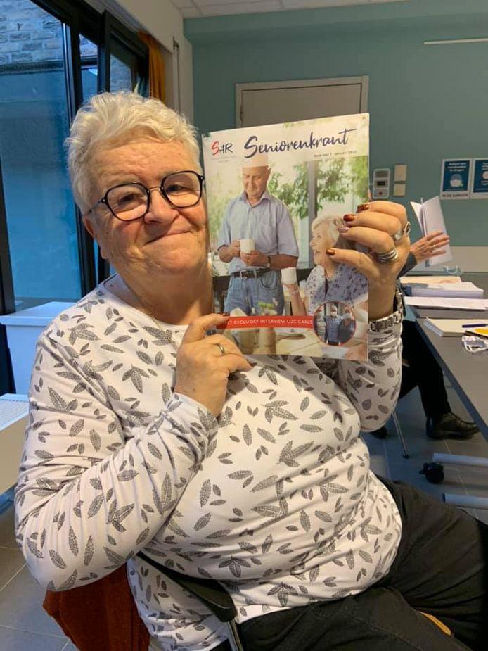 Mia Ketels, ondervoorzitter van de seniorenadviesraad, met de eerste editie van de Schotense seniorenkrant