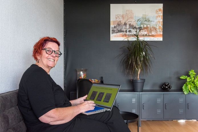 Carla Cuijper is gewoonlijk vrijwilliger bij de DDW, maar bekijkt nu thuis de designweek op de website.