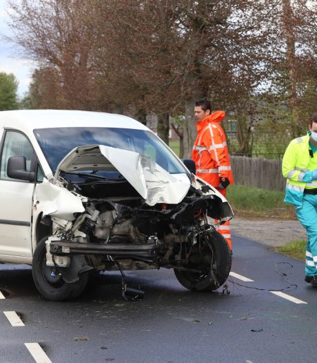Automobilist gewond in Sint-Oedenrode: botst zó hard tegen boom dat motorblok in sloot belandt