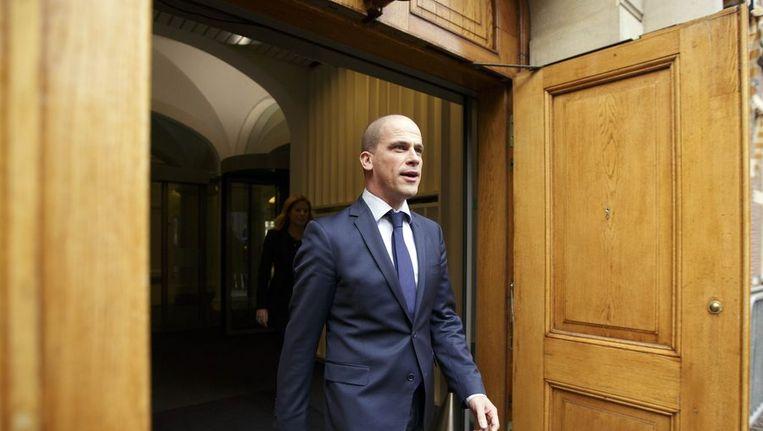 PvdA-leider Diederik Samsom kont naar buiten bij het ministerie van Algemene Zaken na het nieuwe overleg tussen PvdA en VVD over de problemen rond de zorgpremie. Beeld anp
