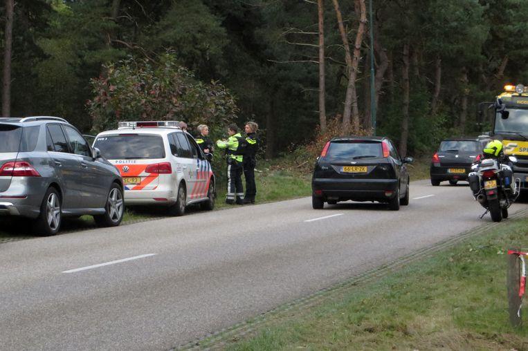 Arrestatieteams van de politie in Maarheeze op zoek naar verdachten die een helikopter wilden kapen om een gevangene te helpen ontsnappen uit de gevangenis van Roermond. Bij de actie is in Roosteren een man door de politie doodgeschoten.  Beeld ANP