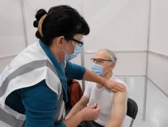 'Jubileum' in vaccinatiecentrum Bonstato: ex-wielrenner Jos Wouters krijgt als tienduizendste zijn prik