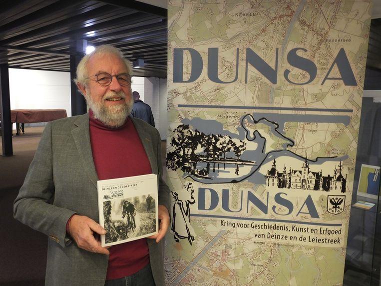 Voorzitter Morgan De Dapper met het Dunsa-Jaarboek.
